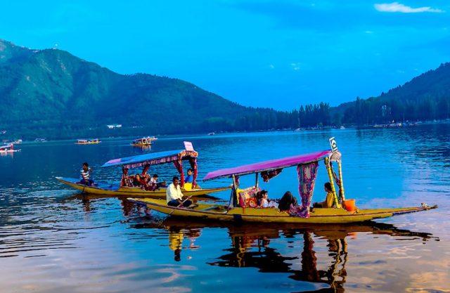 lake-dal-shikava-boat